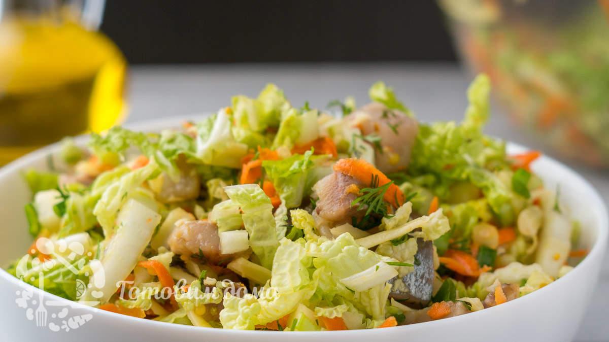 Легкий салат с сельдью и пекинской капустой