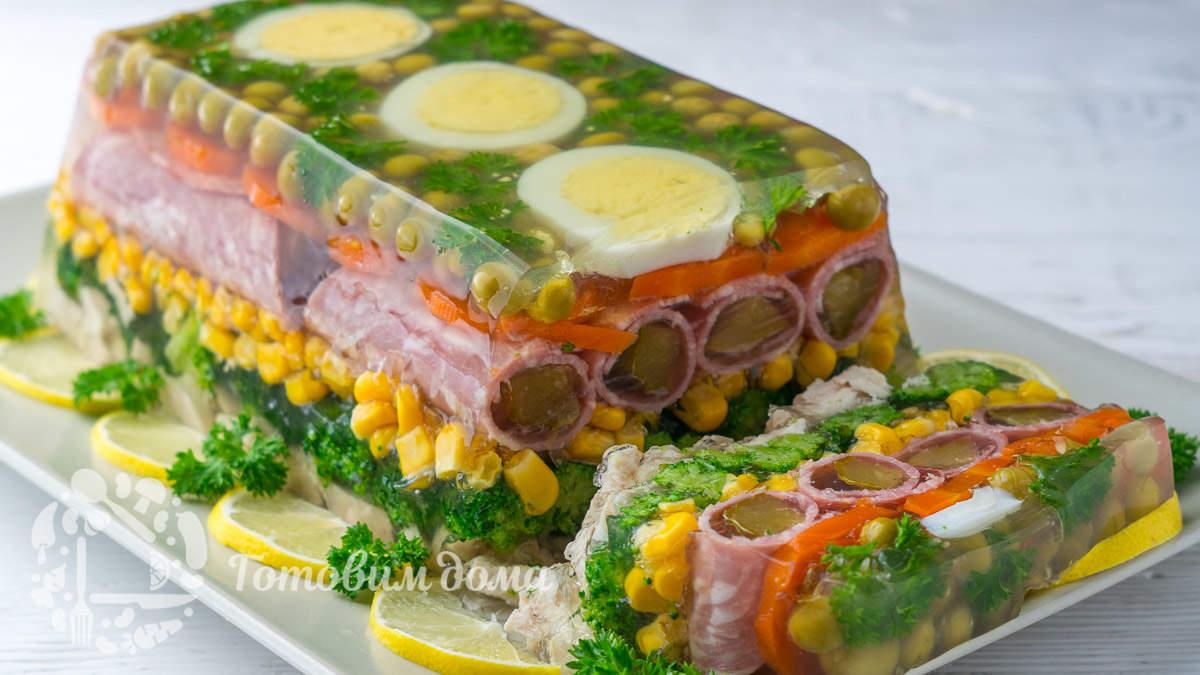 Праздничное заливное из курицы с овощами