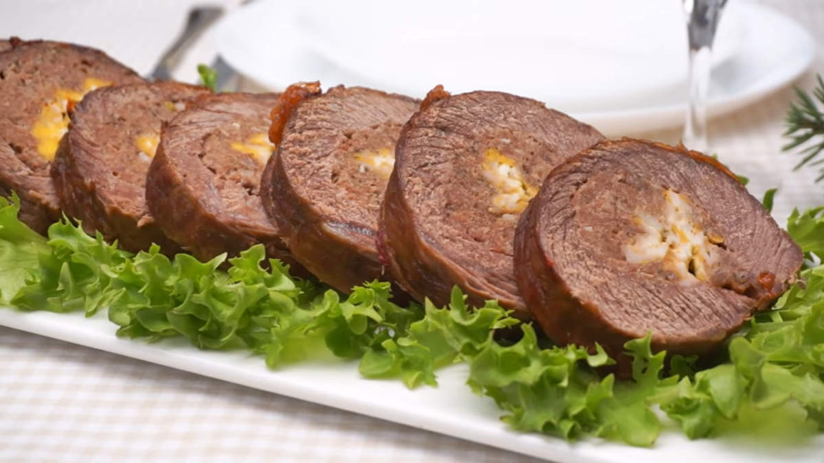 Мясной рулет с сыром получился очень нежным и сочным. Такой рулет действительно очень шикарный как по своему составу, так и по вкусу. Подавать его можно как в горячем так и в холодном виде. Также такой мясной рулет можно приготовить заранее и заморозить.