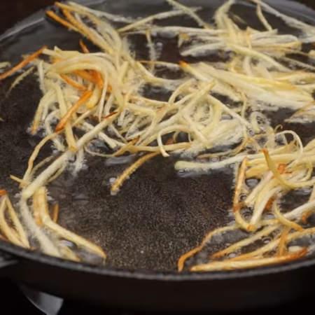 Будьте внимательны картошка жарится быстро.