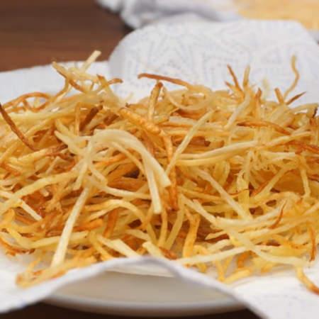 Обжаренный картофель снимаем на бумажное полотенце, чтобы стек лишний жир.