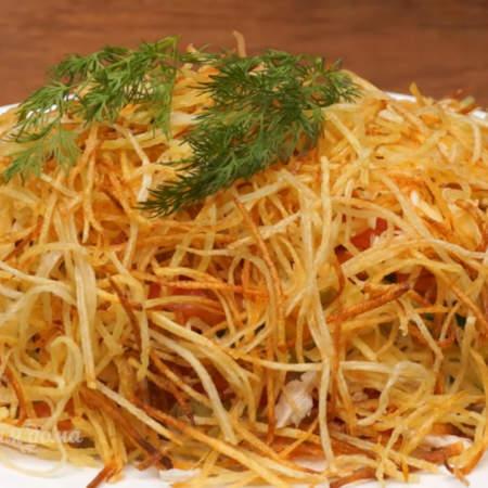 Весь салат солим и украшаем веточками укропа.