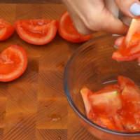 2 средних помидора разрезаем на 4 части и вырезаем семена.
