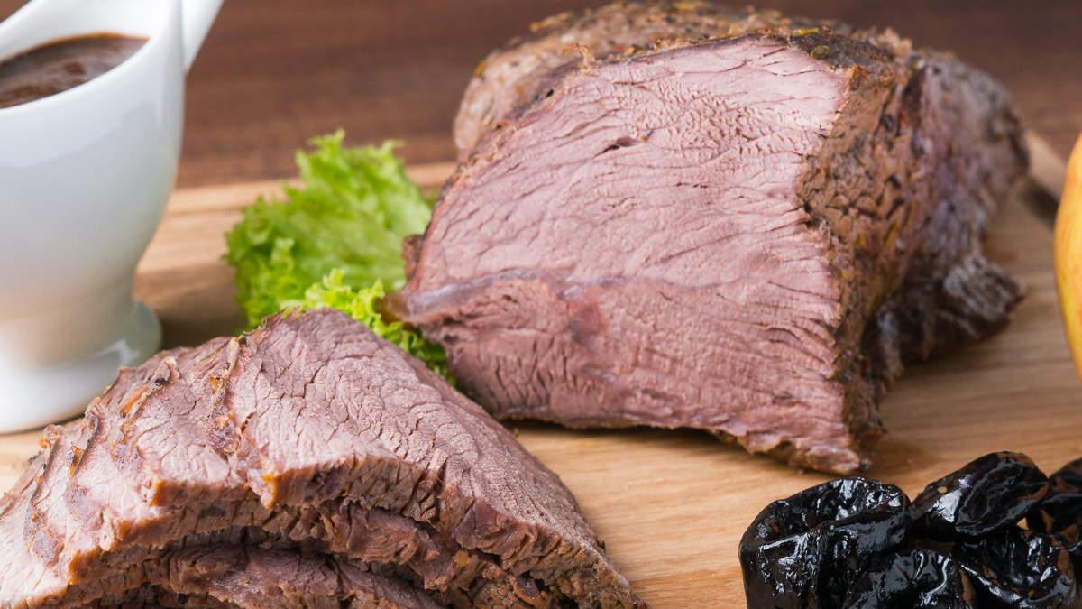 Запеченная говядина с соусом из чернослива