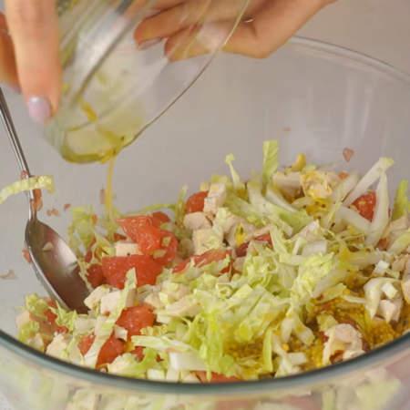 Салат сверху поливаем заправкой, перемешиваем и подаем на стол.