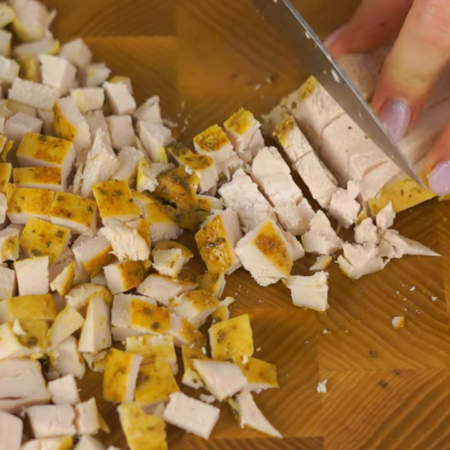 Куриную грудку режем небольшими кубиками.