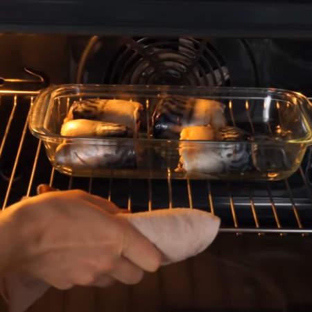 Форму ставим в духовку, разогретую до 180 °C. Запекаем примерно 25 мин.