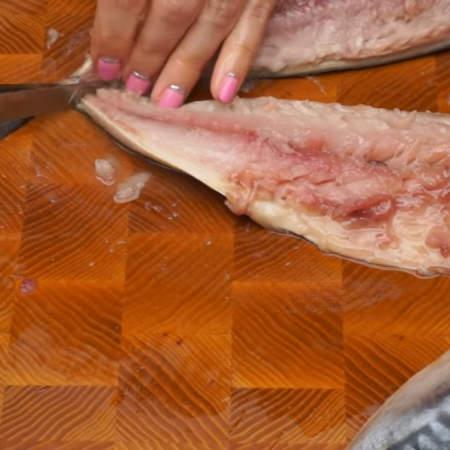 Аккуратно отделяем мясо рыбы от хребта и реберных костей.
