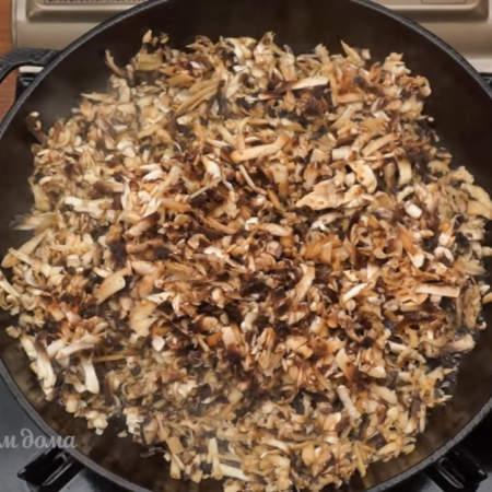 Выкладываем их на сухую сковороду и обжариваем до испарения жидкости.