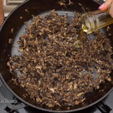 После этого добавляем немного масла и жарим грибы еще несколько минут до готовности. Даем грибам остыть.