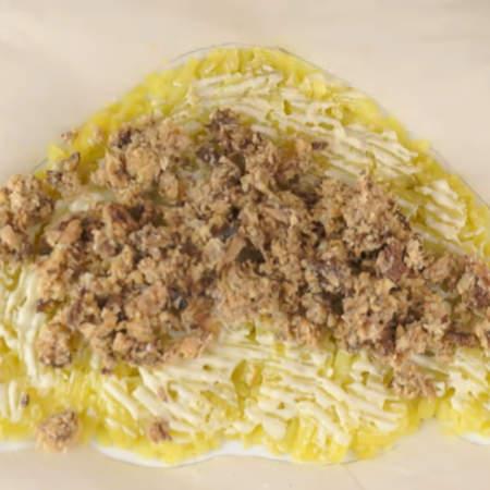 Сверху на картофельный слой кладем сардину. Третью часть сардины оставляем еще для одного слоя.