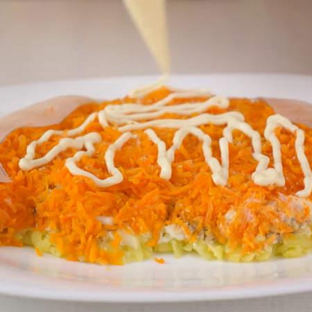 На морковный слой кладем вырезанные ушки из бумаги. Немного солим.. и смазываем майонезом только ту часть салата, которая не закрыта бумажными ушами.
