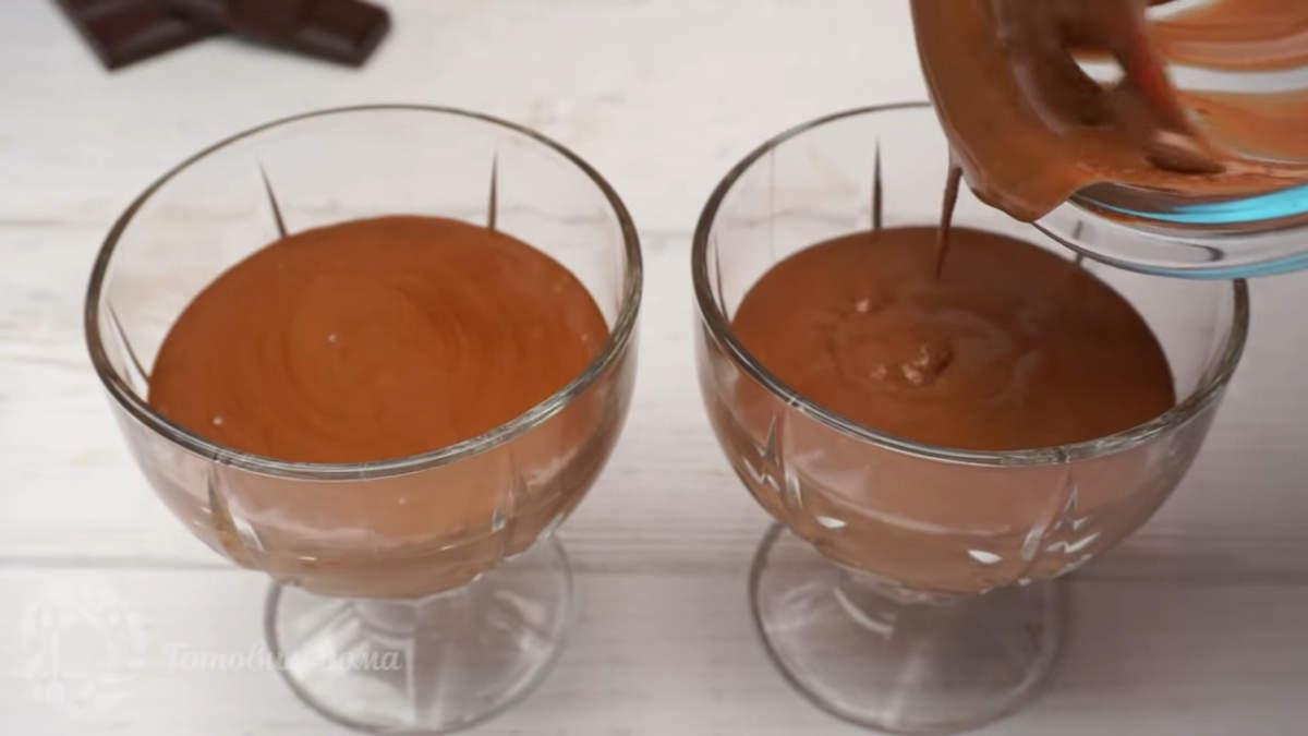 Шоколадный мусс разливаем по креманкам, стаканчикам или тарелочкам.  Ставим в холодильник примерно на час, чтобы мусс застыл.  Из этого количества ингредиентов получилось 300 мл мусса, которого хватает на 2 креманки.