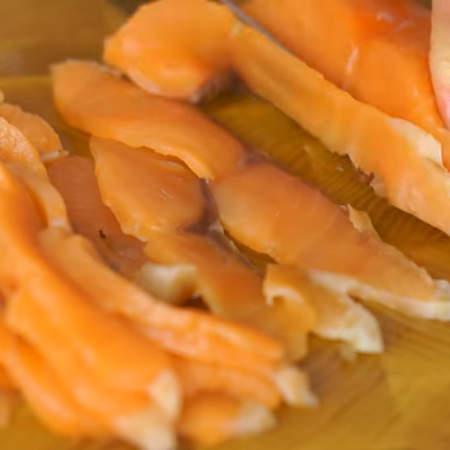 Пока рулет остывает, нарезаем красную рыбу на тонкие пластинки.
