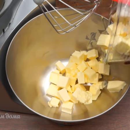 350 г размягченного сливочного масла кладем в миску