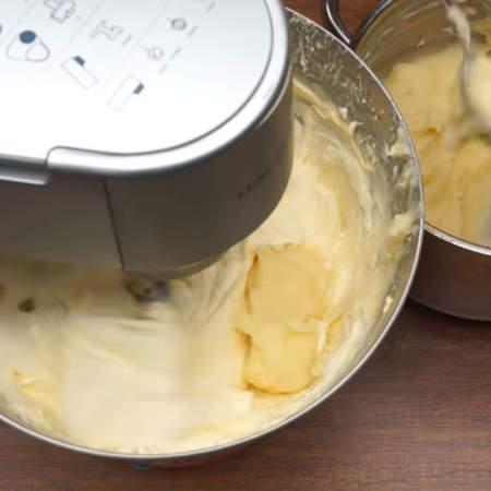 В сливочное масло добавляем по 1 ст.л. уже остывшую заварную смесь не прекращая взбивания.  Если вы замешиваем крем так же, как и я, кухонным комбайном, то после взбивания масла поменяйте венчик на насадку для жидкого теста. Если взбивать венчиком, то крем может расслоиться. Если же вы все взбиваете ручным миксером, то так и дальше взбивайте венчиками.