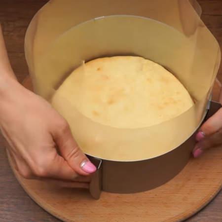 Ставим разъемное кольцо, в него кладем первый корж. По бокам вставляем ацетатную пленку.  Если ее нет, то можно заменить разрезанной пластиковой папкой для бумаг.