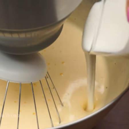 Во взбитые яйца добавляем 100 г сметаны или кефира и перемешиваем.