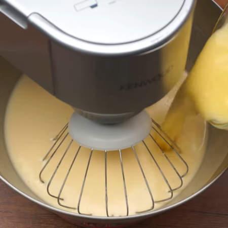 Сюда же добавляем 100 г растопленного сливочного масла. Опять перемешиваем.