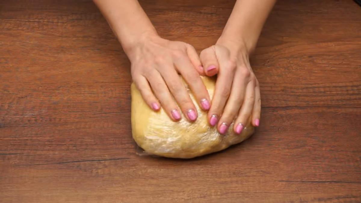 Готовое тесто заматываем в пищевую пленку и кладем в холодильник охлаждаться на 2 часа. Можно и на ночь.
