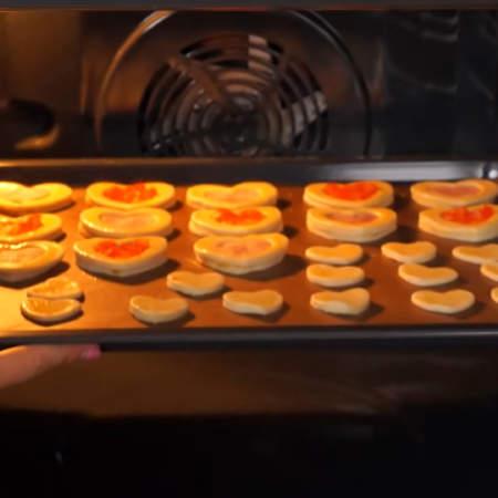 Все ставим в духовку, разогретую до 200 градусов. Запекаем примерно 15-20 минут.