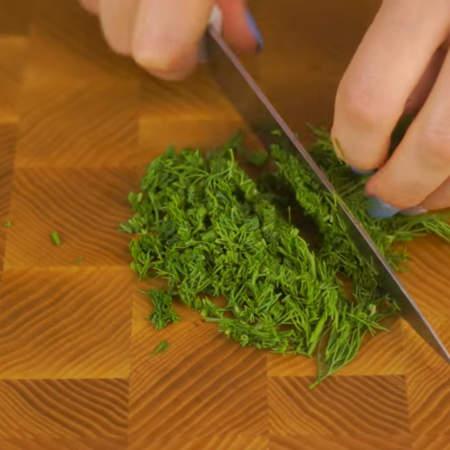 Измельчаем пучок зелени.