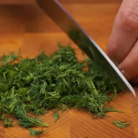 Мелко нарезаем пучок укропа. Измельченный укроп насыпаем в тесто и перемешиваем.