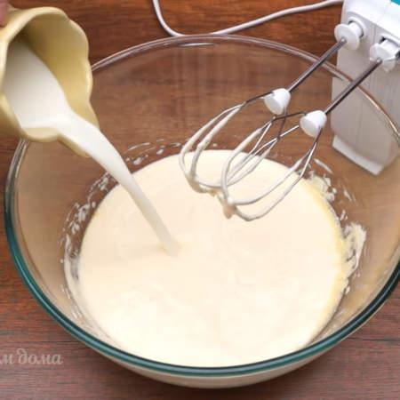 Сюда же выливаем оставшееся молоко и опять перемешиваем.  Всего понадобится пол литра молока.