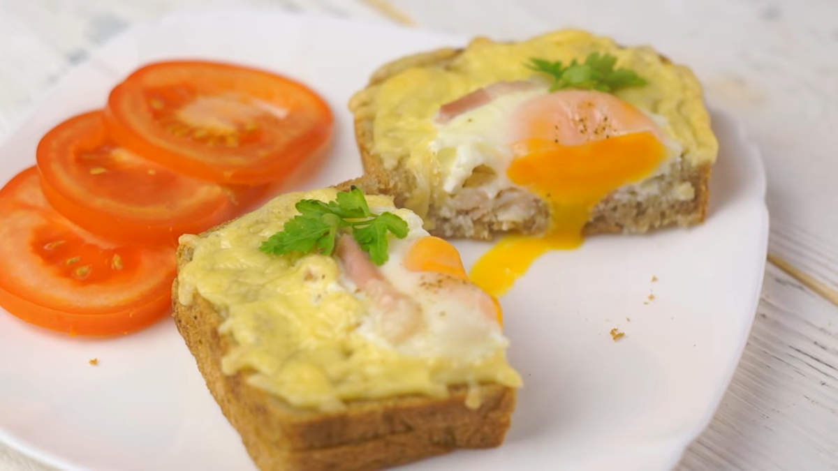 Горячие бутерброды украшаем зеленью, и сразу же подаем на стол. Бутерброды получились очень вкусные, сытные и красивые. В них идеально сочетаются мягкий хлеб с хрустящей зажаренной корочкой, расплавленный сыр, яйцо и ароматный бекон.