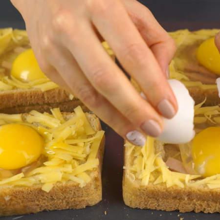В серединку хлеба аккуратно разбиваем сырое яйцо. Яйца желательно брать мелкие.
