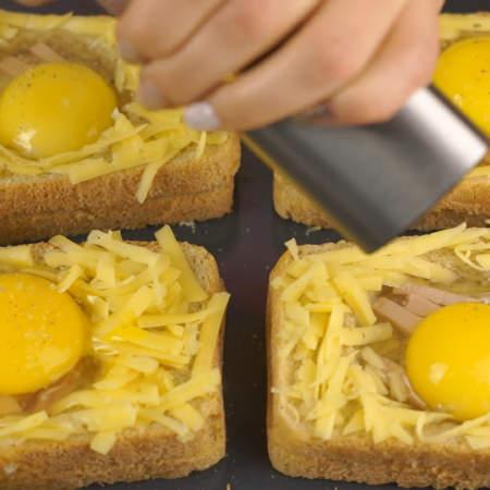Каждое яйцо сверху немного солим и перчим.