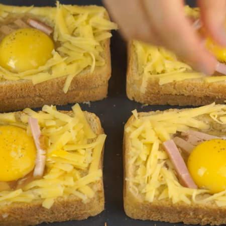 Сверху на яйцо кладем еще несколько кусочков бекона.