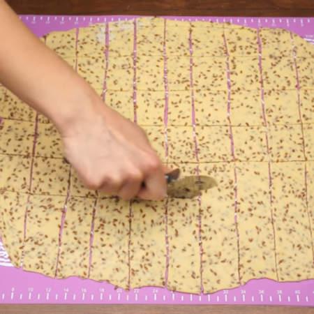 Раскатанное тесто нарезаем на квадраты примерно 4 на 4 см.
