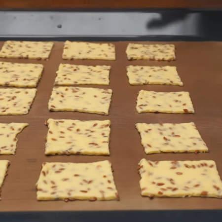 Готовые квадратики перекладываем на противень застеленный тефлоновой или пергаментной бумагой.