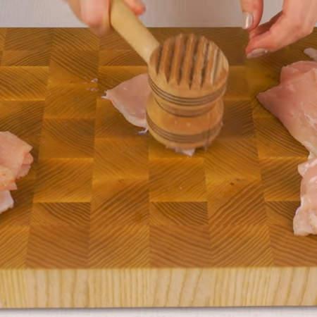 Порезанные куски мяса немного отбиваем молотком.
