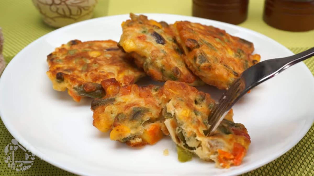 Овощные оладьи получаются очень вкусными, румяными и аппетитными. Подавать их можно со сметаной.  По желанию в тесто можно добавить приготовленное куриное мясо.  Обязательно пожарьте такие оладьи, это очень вкусно.