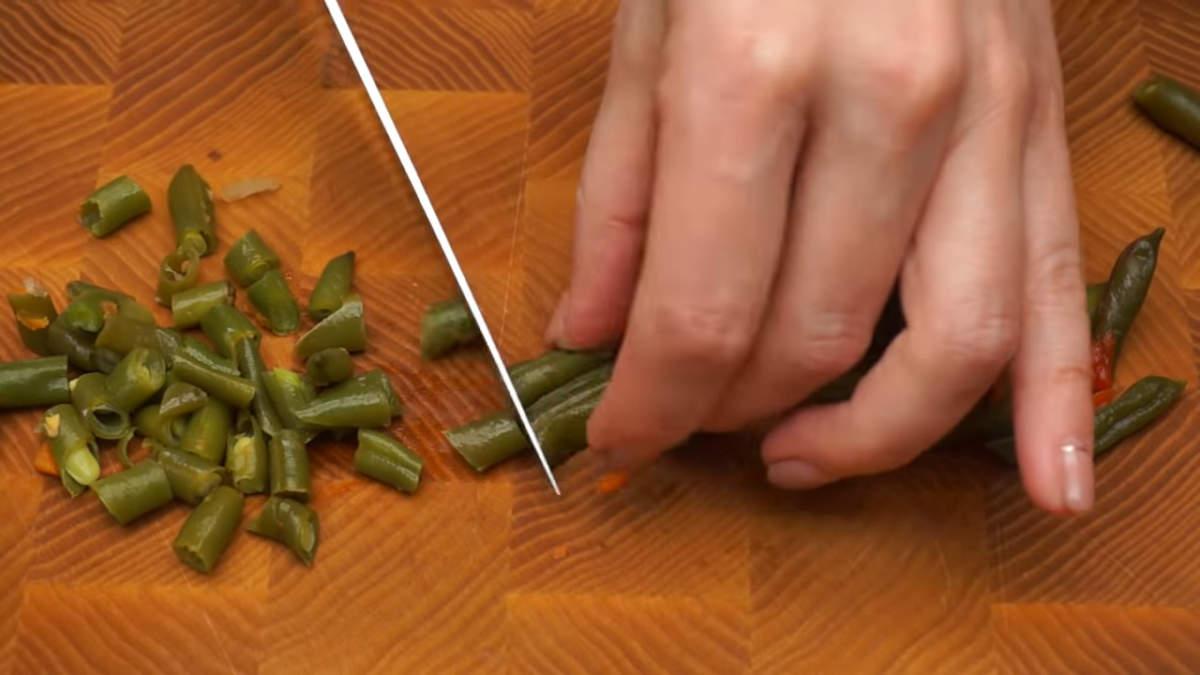 Если в смеси есть большие кусочки овощей, то их желательно нарезать на более мелкие.  Я использую мексиканскую овощную смесь, в ней есть попадаются длинные стручки фасоли. Вынимаем их и нарезаем более мелкими кусочками.