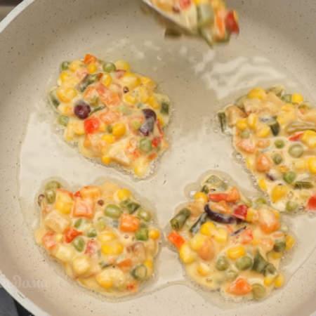 Оладьи выкладываем на раскаленную сковороду с небольшим количеством растительного масла.
