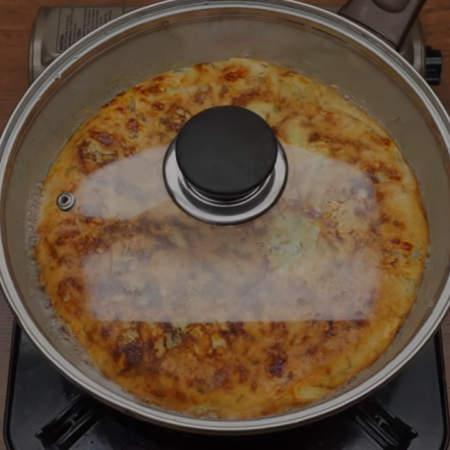 Опять сковороду накрываем крышкой и готовим еще примерно 10 минут.