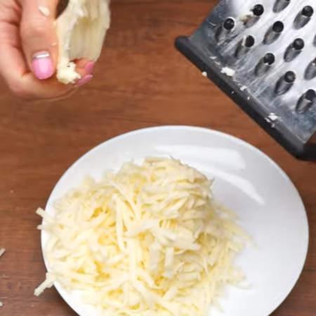 200 г сыра трем на крупной терке. Сыр можно брать любой, который вам нравится. Главное, чтоб это был сыр, а не сырный продукт, который может не расплавится.