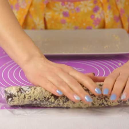 Тесто обваленное в арахисе заматываем в пищевую пленку и отправляем в морозильную камеру на 15 минут.