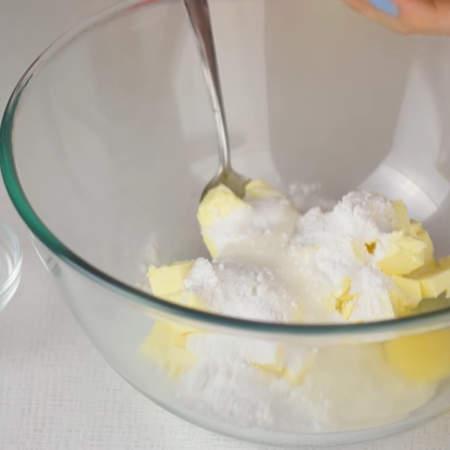 В миску кладем сливочное масло комнатной температуры, к нему добавляем сахарную пудру и разбиваем яйцо.