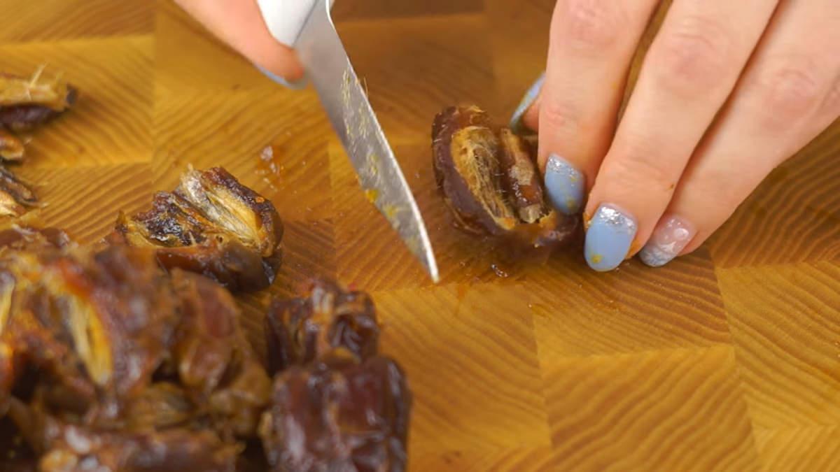 Из помытых фиников вынимаем косточки. Если в вашем черносливе есть косточки, то их тоже нужно удалить. Перед тем как готовить конфеты, все сухофрукты нужно обязательно помыть несколько раз в холодной воде и залить кипятком на 5 минут.