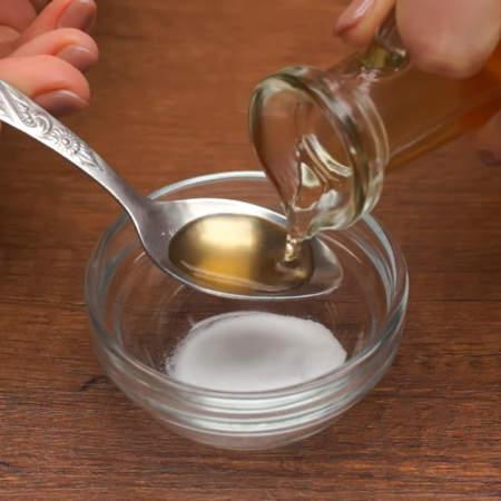 Отдельно гасим 0,5 ч.л. соды 1 ч. л. уксуса