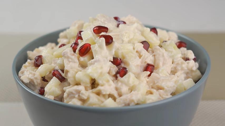 Салат перекладываем в салатник, украшаем оставшимися зернами граната и подаем на стол. Салат получился вкусным, лёгким и красивым.