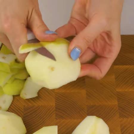 Яблоко очищаем от сердцевины и кожуры.