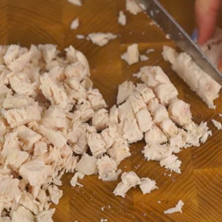 Отварную куриную грудку нарезаем небольшими кубиками.