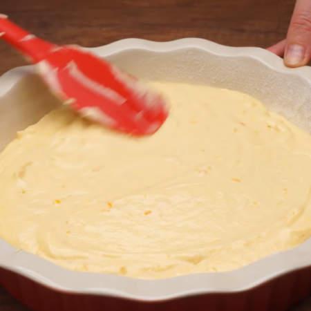 Готовое тесто выкладываем в подготовленную форму для выпечки.