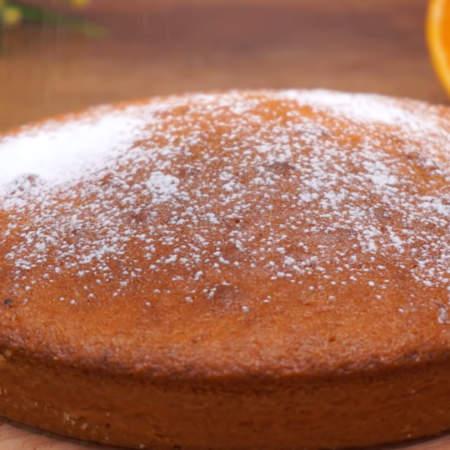 Испеченному пирогу даем остыть и сверху посыпаем сахарной пудрой.