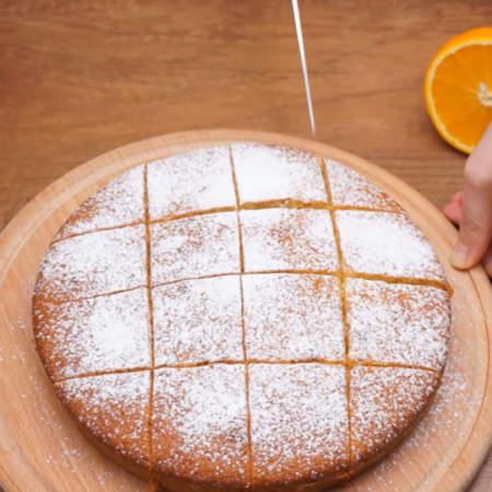 Готовый пирог разрезаем на порционные куски.